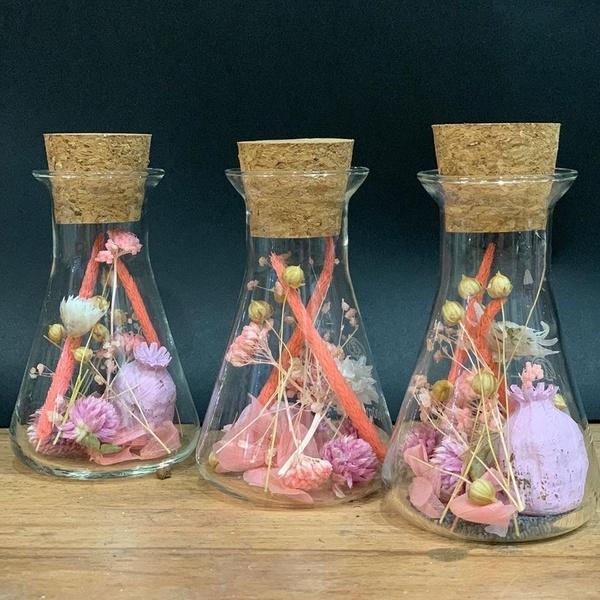 Erlenmeyer en fleurs séchées rose